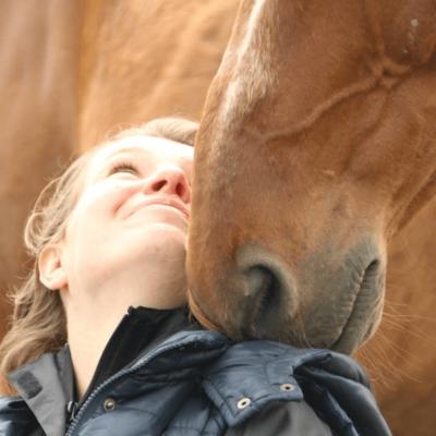 """W spotkaniu z końmi spotykają się zawsze te dwie płaszczyzny – symboliczna i rzeczywista. Zdjęcie z warsztatów HorseSense ze stadem Wolnych Koni """"Drzewo życia""""."""